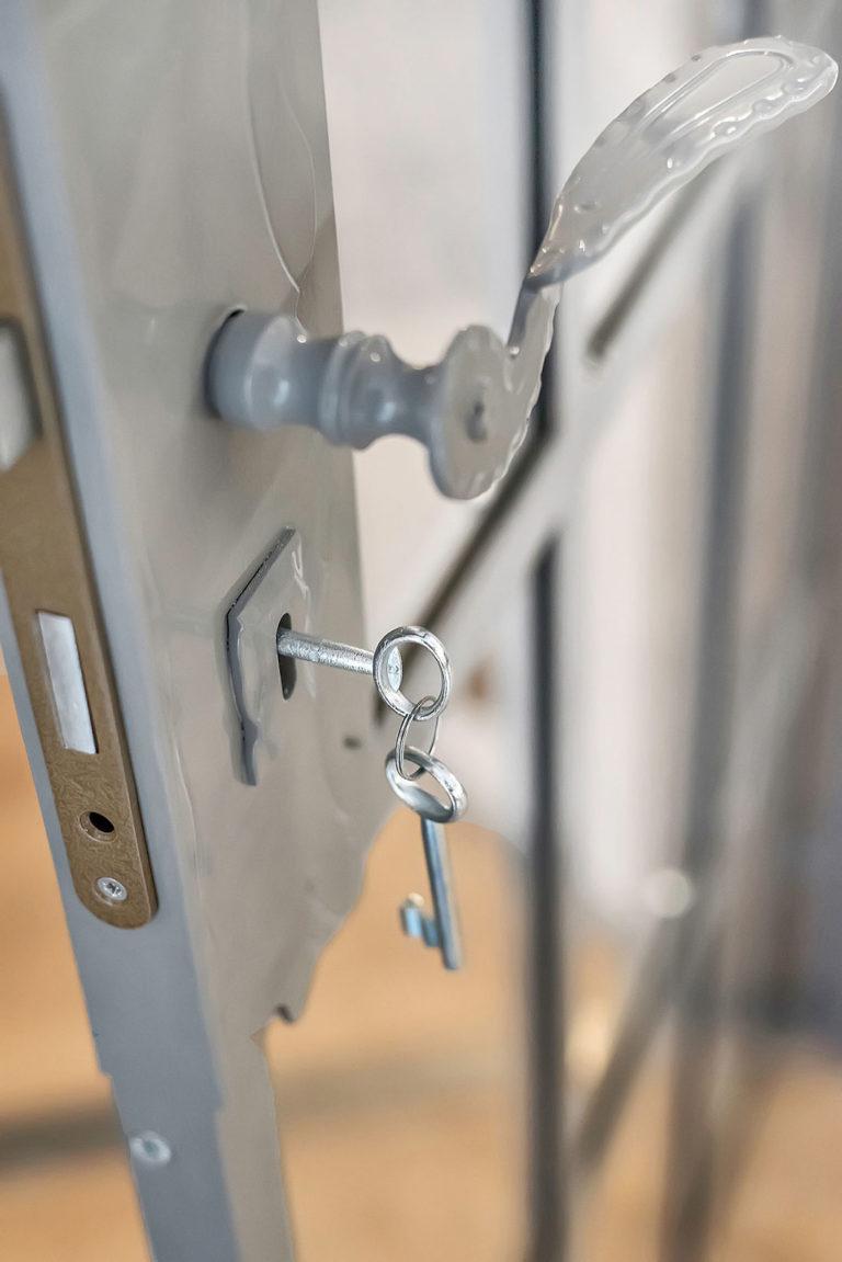 Nycklar i dörr